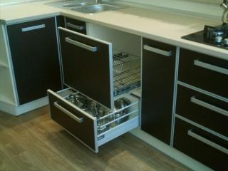 Подстольное расположение сушки для посуды. Выкатной механизм фирмы BLUM c мягким ходом и плавным закрыванием TANDEMBOX.