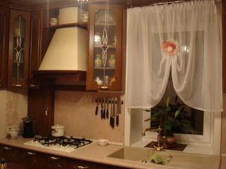 Двухчашевая мойка (с измельчителем пищевых отходов) перед окном - интересное и приятное решение. В углу слева шкафчик с газовой трубой и разделочными досками.