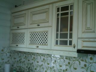 Фартук из прозрачного стекла с небольшим рисунком позволяет видеть стену дома.