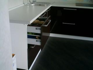 Двухуровневая система хранения,фирмы BLUM,для столовых приборов, позволяет за счет специального механизма,открывая один ящик,попадать в оба уровня.