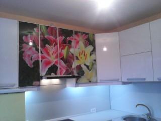 Кухня на заказ.Фасады с фотопечатью на стекле в алюминиевой рамке.