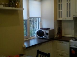 Единое целое столешницы с подоконником позволяет использовать дополнительное пространство на маленькой кухне.