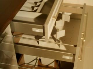 Выдвижные системы фирмы Hettich позволяют зонировать пространство ящика по Вашему усмотрению,удобно располагая посуду согласно габаритам.