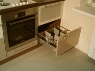 Система перегородок на рейлингах фирмы Hettich позволяет оптимально управлять площадью ящика,препятствуя соприкосновению посуды.