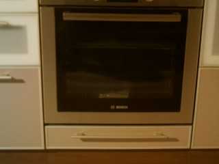 Двухярусный ящик под духовым шкафом позволяет хранить сковороды,противни,решетки,а также различную кухонную утварь.