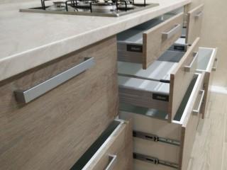Кухня.Выкатной механизм фирмы BLUM c мягким ходом и плавным закрыванием TANDEMBOX. Нижний ящик с удвоенными шариковыми направляющими мягкого хода и полного выдвижения.