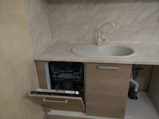 Крыло мойки перекрывает стойку,но не мешает разместить посудомоечную машину.