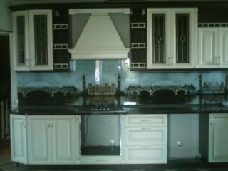 Кухня.Небольшие балкончики с балюстрадами украшают эту классическую кухню.