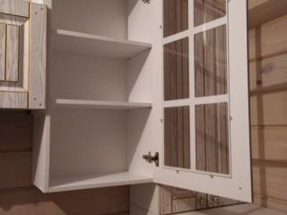 Петли дверей с доводчиками,для плавного закрывания.