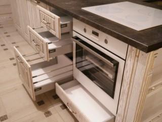 Кухня.Выдвижная система с рейлингами,с плавным открыванием и закрыванием ящика,фирмы BLUM. В выдвижном ящике под духовым шкафом, можно,например,хранить сковороды,противни,решетки.
