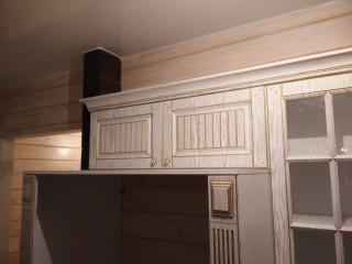 Шкафы над холодильником позволяют убрать не часто используемые предметы.Карниз приятно дополняет кухню.