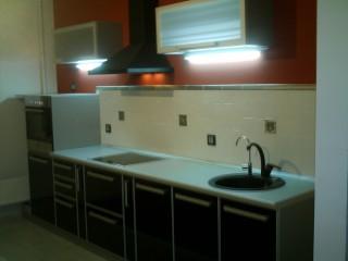 Кухня на заказ.Светильники под сушкой обеспечивают необходимую подсветку рабочей поверхности.
