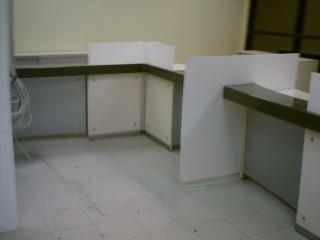 Столешница из искусственного камня. Вертикальные стойки из Сатин-акрила и композитного материала с напылением алюминия.