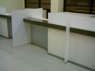 Офисная мебель на заказ.Столешница из искусственного камня. Вертикальные стойки из Сатин-акрила и композитного материала с напылением алюминия.
